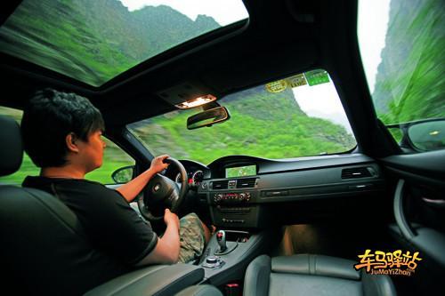 启动V8发动机,机舱内传来厚重而颇具磁性的轰鸣声,配合纯后驱的