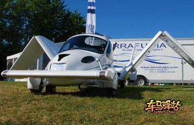 它就能在15 秒内变身成小型飞机,经短距离助跑后就可一飞冲天.