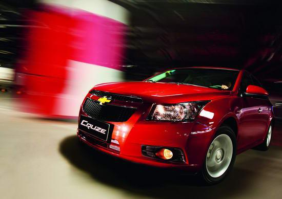 上海通用雪佛兰科鲁兹   作为通用汽车运用全球战略资源,在欧洲集中研制的新款车型,科鲁兹显然力求在市场上有所突破,这一点仅从车身规格就能有所体现。将近4.6米的车长和超过2.68米的轴距已经可以被定性为准中型轿车,而科鲁兹的价位仍然保持紧凑型轿车的水平,中国消费者肯定喜欢这样的安排。坐进车内,宽敞的空间足以令家庭车用户感到满意,即使身高达到1.