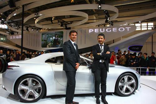 标致汽车设计总监gilles vidal(图右)和psa全球总设计师合影