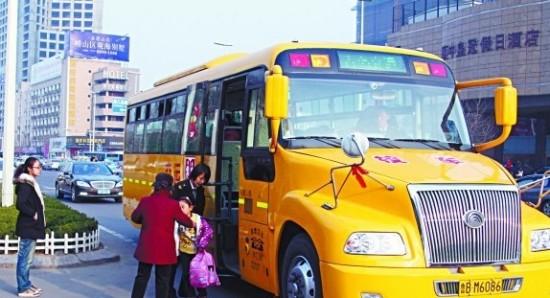 4月10日,记者采访获悉,尽管岛城已有很多幼儿园及家长也呼吁开通专用校车,但青岛市目前开通的19条校车线路,均针对中小学生。据了解,今年新增的600辆校车,暂时只对城乡中小学生开通。交运集团负责人表示,在满足市办实事600辆的基础上,今年计划追加200辆专用校车,除了满足五市三区公立学校的需求外,市内四区的校车线路也将适当得到补充。另外,尽管岛城目前尚未形成明文规定,但交警部门专门针对校车给予了优先路权。   校车优先服务公办学校   据了解,目前岛城专用校车的主要运营单位为交运集团温馨巴士有限公司