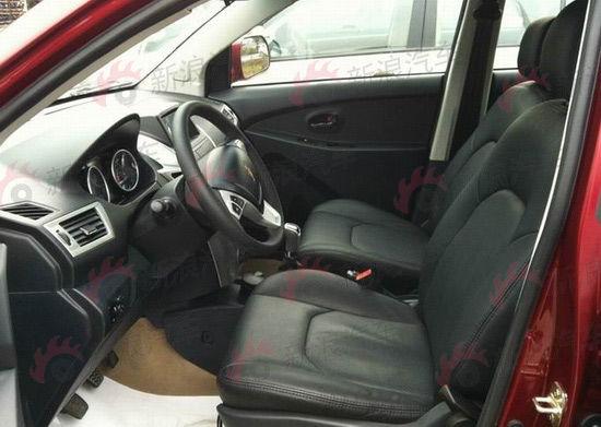 金杯智尚S30(高配)   车内的设计也尽显这款车型年轻时尚的气息,黑色的仪表台和银色面板的搭配,根据配置不同,有浅色的车门和座椅配搭,以及全黑色的运动风格。根据配置的高低差异,高配版车型配置了真皮方向盘和音响多功能控制按键。而低配版车型为了控制成本,则在安全气囊的配置上做起了删减的文章,音响系统也只有收音机功能和外接MP3插口,高配版本除了有CD播放功能外,中控面板上方还多了一个7寸的彩色液晶屏,即GPS卫星导航系统。音响喇叭数量也从低配的4个增加到了6个。