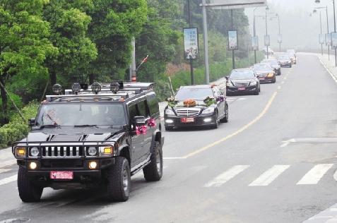 豪华的婚车队 本报记者 盛高 摄-悍马开道10辆奔驰当婚车 九龙湖 百万
