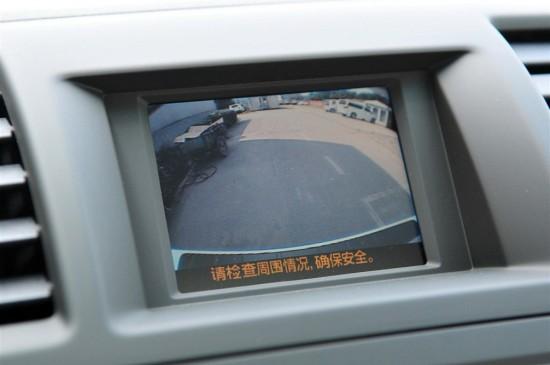 汉兰达将行车电脑显示屏放在了中控台上方,可以显示车内温度