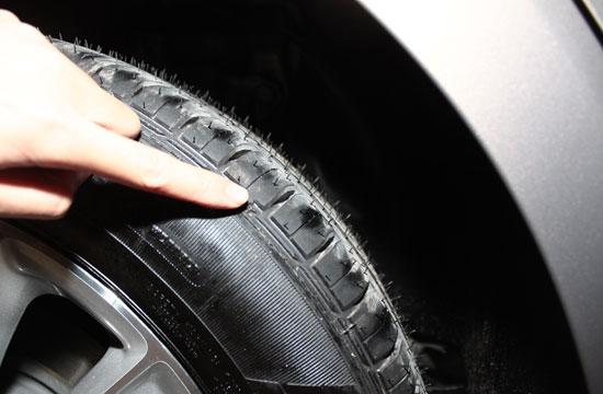 宝马轮胎鼓包-提车的时候你得长点心高清图片