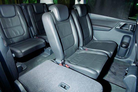 大众夏朗   标配三区独立温控自动空调系统和全景天窗让车内的气候四季如春。驾驶席、副驾驶和后排乘客舱三个区域可实现单独的温度和送风控制,确保不同位置的乘客都能享受适宜的温度。两段式天窗的前半部分超过B柱,可电动倾斜或完全打开。其隔热玻璃可吸收99%的紫外线。天窗还配备电动遮阳挡。