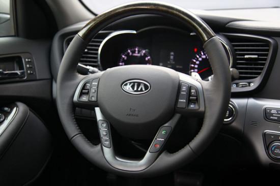 多功能按键除了可以控 制音响,定速巡航和车载电话之外,还能够对行车