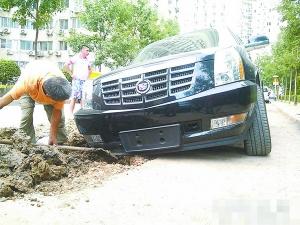 本报讯(记者王琼)昨天下午4时许,一辆新黑色凯迪拉克越野车高清图片