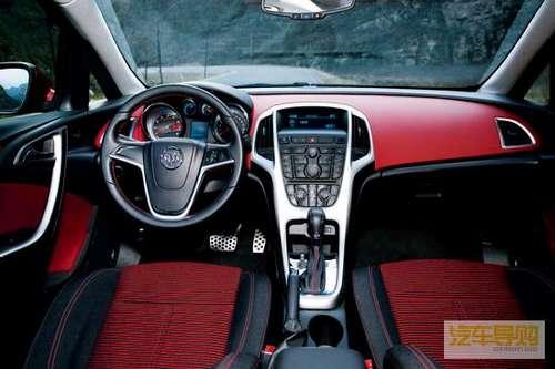 红黑搭配的内饰颜色更增加了车内的运动氛围