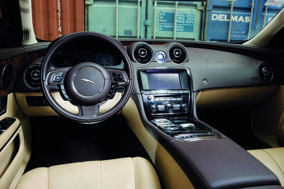 捷豹XJL 3.0中控台   捷豹XJL的内饰尽显英伦贵族设计,主攻高档、精致路线。它的设计灵感来源于豪华游艇,属于看过一眼就能感受到其中的奢华风。譬如在其他车辆上仅仅作为功能部件的空调出风口,在捷豹XJL上也被以精美艺术品方式所呈现;还有那个启动后徐徐升起的金属镀铬换档旋钮,无一不在彰显捷豹对于细节之处的高度重视;至于对副驾驶储物空间和灯光的控制,也一并延续了触碰式,这种没有突兀按键的处理方式,为车内增加了许多梦幻色彩。而精彩之处在于那些包裹性极佳手感细腻的顶级真皮,任何曲面的缝制和拼接无疑不在考